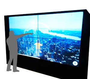 カスタムした製品画像3 4面の大画面モニターをタッチする画像
