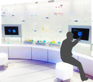 カスタムした製品画像5 ショールーム施設に設置した説明用モニターをタッチする画像